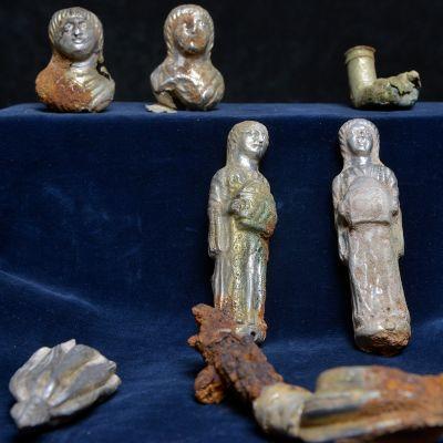 Rülzheimista löydettyjä hopeapatsaita ja istuimen metalliosia.