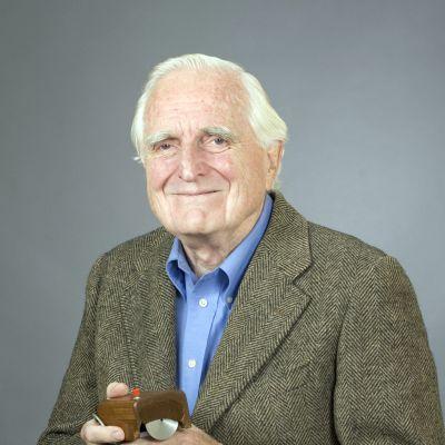 Tietokonehiiren keksijä Douglas Engelbart käsissään hiiren yksi ensimmäisistä versioista.