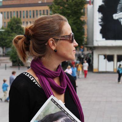 Nainen kädessään Cult24 -lehden näytenumero.