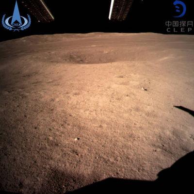 Chang'e-4-luotaimen ottama kuva Kuun kamarasta pimeältä puolelta.