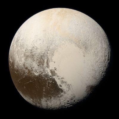 Pluton kuoppainen pinta on pääosin kellertävän valkoinen, mutta siellä on myös laaja ruskeanpunainen alue.