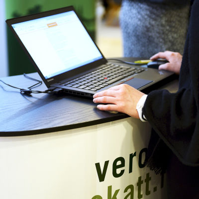 Verotietojen selailua kannettavalla tietokoneella.