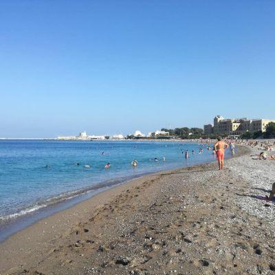 Muutamia kymmeniä turisteja suurella uimarannalla Rodoksella.
