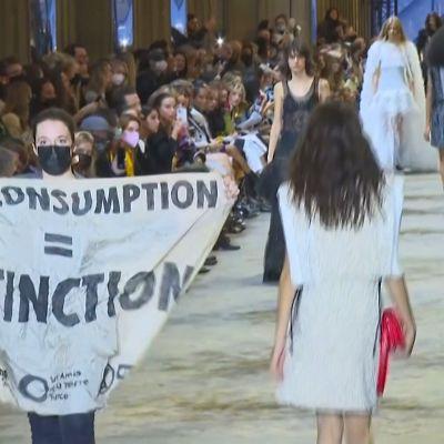 Ilmastoaktivistit keskeyttivät Luis Vuittonin muotinäytöksen