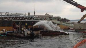 Folk och maskiner i vatten, försök att bärga ett fartyg som legat på botten i åratal.