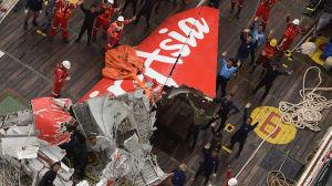 AirAsia-planets sjärt lyftes upp från havet på räddningsfartyget Crest Onyx däck den 10 januari.