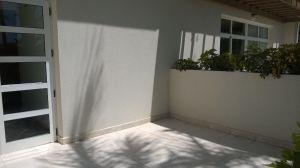 auringonvaloa ja varjoja valkoisella seinällä