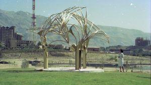 Eila Hiltunens nyinstallerade monument Palmdungen i Mellatparken i Teheran 1975.