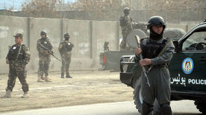 Afghanska säkerhetsstyrkor står vakt utanför gästhuset som attackerades av Talibanrebeller.
