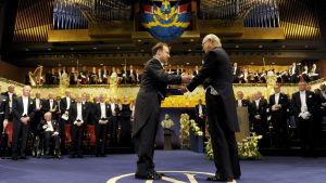 Adam Riess får Nobelpriset i fysik av kung Carl XVI Gustaf