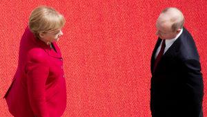 Angela Merkel och Vladimir Putin står mot varandra.