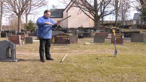 Per-Olof Korander mäter upp grav