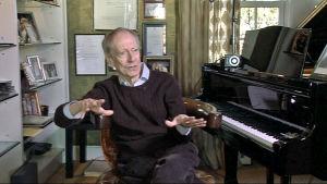 Säveltäjä John Barry pianonsa ääressä