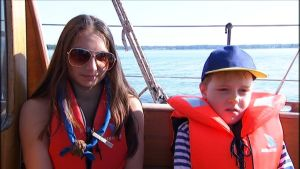 Mira Bäck och Elias Staffans åkte med på seglats med Navigator.