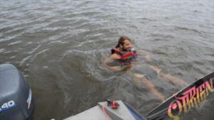 Hannes åker wakeboard.