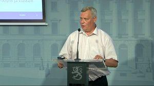 Finansminister Antti Rinne presenterar sitt budgetförslag för 2015.