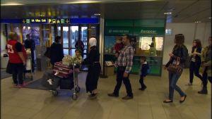 Kvotflyktingar som har anlänt till flygplatsen i Kronoby