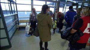 Flyktingar tas emot på flygplatsen i Kronoby