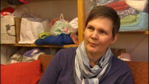 Maria Blomberg i Solf sammanställer mammalådor med stickat för asylsökande.