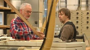 Lärare i träbåtsbyggnad Anssi Kuisma ger goda råd