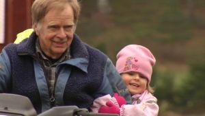 Nadja Liitiäinen tycker om att åka motordriven fyrhjuling tillsammans med morfar