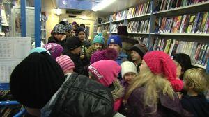 Massor av skolbarn i bokbussen i Lovisa
