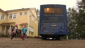 Skolbarn springer till bokbussen