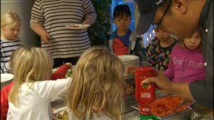 Barnen i Molpe skola tar för sig av René Michelssons mat.