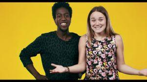 Joes ja Julianna seisovat vasten keltaista taustaa.