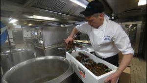 Köksmästare Janne Berlin kokar hummer ombord på Silja Serenade