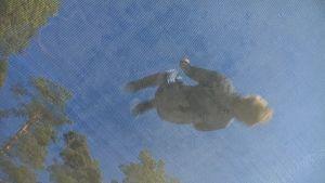 Erik Pitkänen hoppar på trampolin