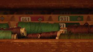 trådrullor i gammal träask.