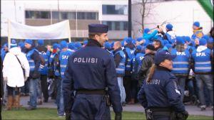 Polisen demonstrerar mot nedskärningar.