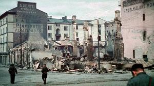 Suomalaisia sotilaita takaisin vallatun Viipurin raunioilla 1941