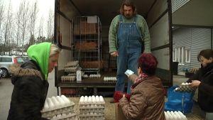 Flera handlar ägg från skåpbilens lastbrygga