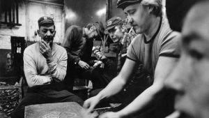 Sverigefinnar spelar kort på sin paus i en fabrik.