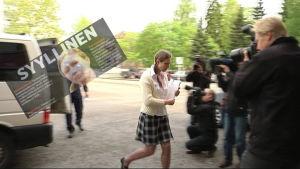 Anneli Auer anländer till rättegång.