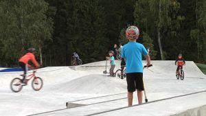 Både skejtare, cyklister och barn med sparkbräde trivs i skejtparken