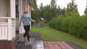 Nina Eskola lähtee lenkille Tampereen Ryydynpohjassa, koska LähiTapiolan älyhenkivakuutuksen aktiivisuuranneke muistuttaa, että päivän liikuntakiintiö on vajaa.