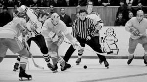 Suomalaiset pelaamassa jääkiekkoa Neuvostoliiton joukkuetta vastaan