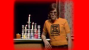 Mikko Alatalo juontaa Iltatähden jouluna 1974.