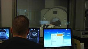 Magnetröntgen pågår på Omasairaala i Helsingfors.