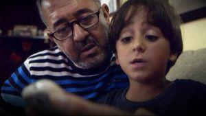 Ossamah Abdul Mohsen med sin son Zeid hemma i Madrid