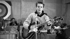 Rock-Jerry alias Kaj Järnström esiintyy 19.11.1959 Music Music Music -ohjelmassa, jossa hänet valittiin Suomen rock-kuninkaaksi.