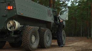 Jukka kemppainen står vid Protolabs nya fordon.