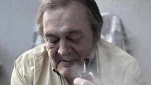 Mies polttaa piippua