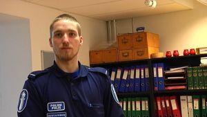 Äldre konstapel Niko Gustafsson vid raseborgspolisen gör asylsamtal