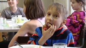 Pojke äter Runebergstårta