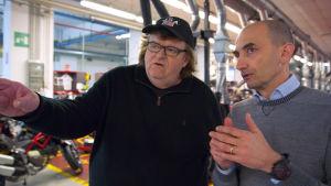 Moore i samspråk med Ducatis VD.