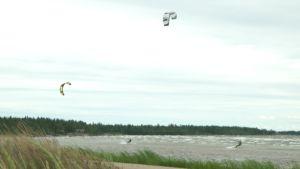 Storsand i Monäs attraherar kitesurfare, men strandlivet begränsas av vegetationen.
